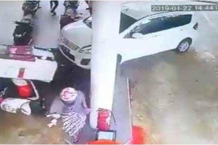 Suzuki Ertiga menghantam dispenser SPBU di Ambon