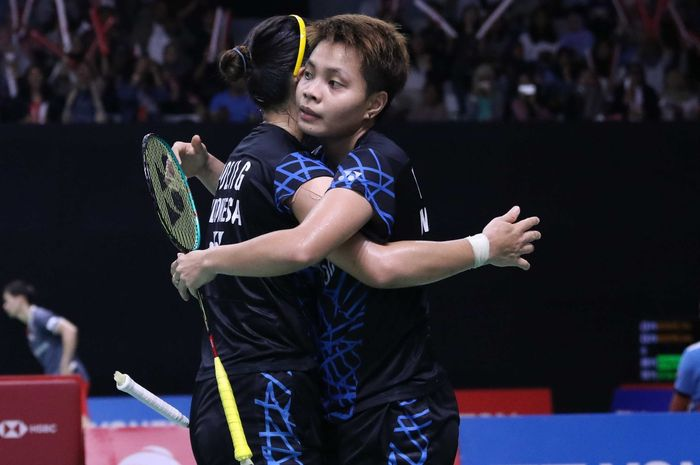 Pasangan ganda putri Indonesia, Greysia Polii/Apriyani Rahayu, melakukan selebrasi seusai memenangi