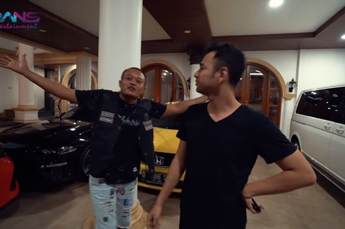 Sule saat berada di garasi bersama Raffi Ahmad