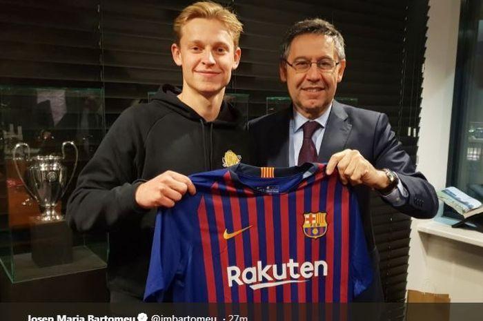 Frenkie de Jong bersama Presiden FC Barcelona, Josep Maria Bartomeu.