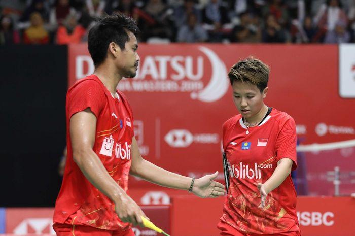 Pasangan ganda campuran Indonesia, Tontowi Ahmad/Liliyana Natsir, melakukan tos pada babak pertama I