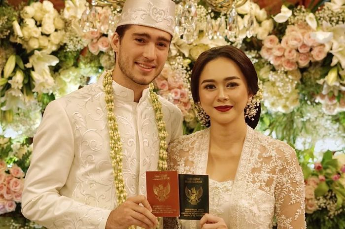 Aura Kasih menikah dengan  Eryck Amaral
