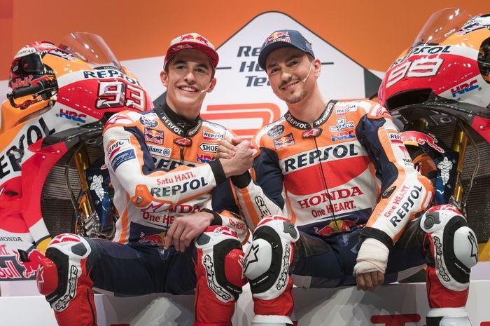 Marc Marquez dan Jorge Lorenzo yang sedang menghadiri acara peluncuran tim Repsol Honda secara resmi.