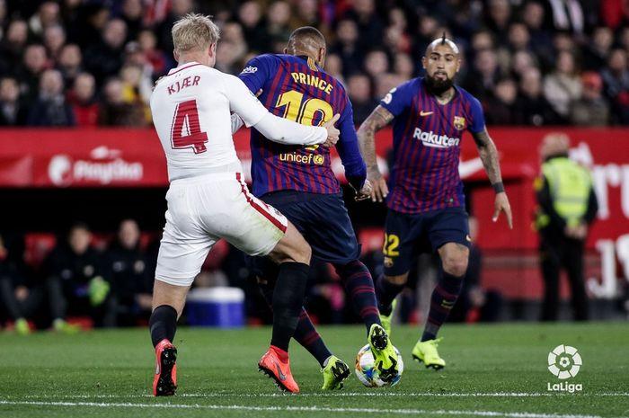 Penyerang FC Barcelona, Kevin-Prince Boateng (tengah), beraksi dalam laga pertama perempat final Cop