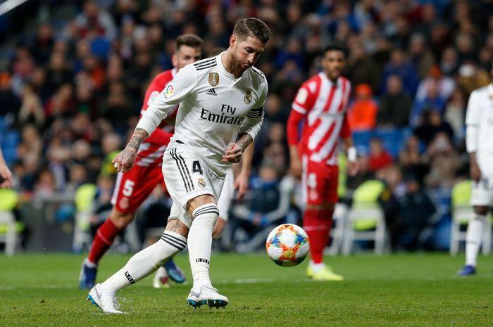 Sergio Ramos saat mencetak gol melalui tendangan penalti ala panenka ke gawang Girona di Santiago Be