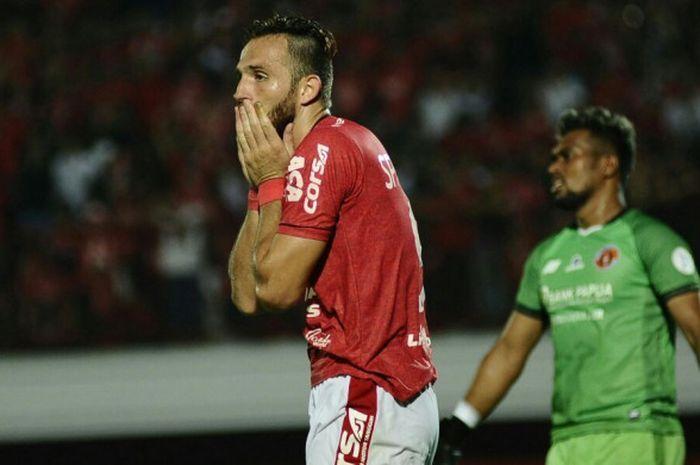 Penyerang Bali United, Ilija Spasojevic, dalam laga pekan ketiga Liga 1 2018 menghadapi Perseru Seru