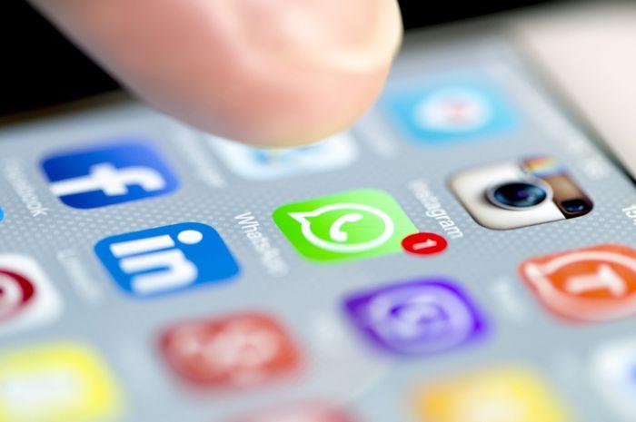 Banyak hoax disebarkan melalui media sosial.