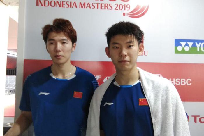 Pasangan ganda putra China, Li Junhui/Liu Yuchen, berpose setelah menjalani laga perempat final Indo