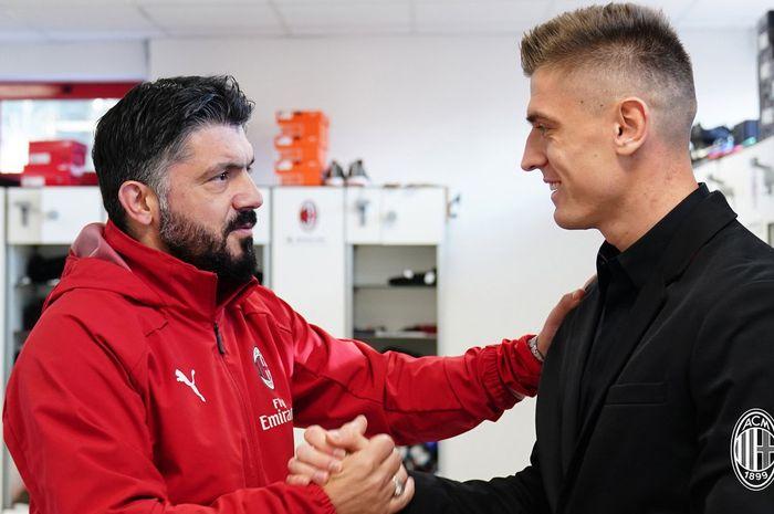 Pelatih AC Milan, Gennaro Gattuso dengan sang striker anyar, Krzysztof Piatek