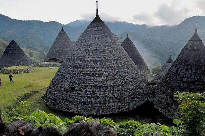 Kampung adat Wae Rebo di Desa Satarlenda, Kecamatan Satar Mese Barat, Manggarai, Nusa Tenggara Timur, Minggu (12/6/2016). Meski semakin dikenal sebagai salah satu destinasi wisata internasional, warga adat Wae Rebo masih mempertahankan tradisi dan kearifan leluhur mereka.
