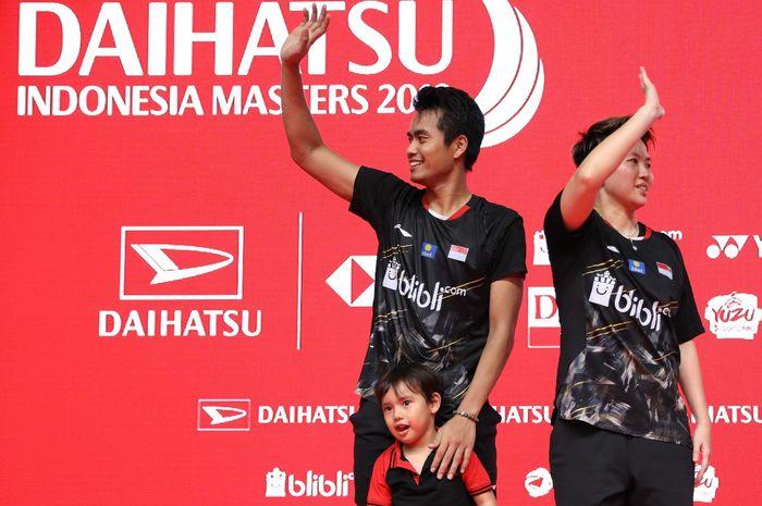 Pasangan ganda campuran Indonesia, Tontowi Ahmad/Liliyana Natsir, melambaikan tangan kepada penonton