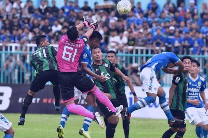 Aksi ciamik kiper Persiwa, Endang Subrata (61) saat diserang pemain Persib pada laga Piala Indonesia