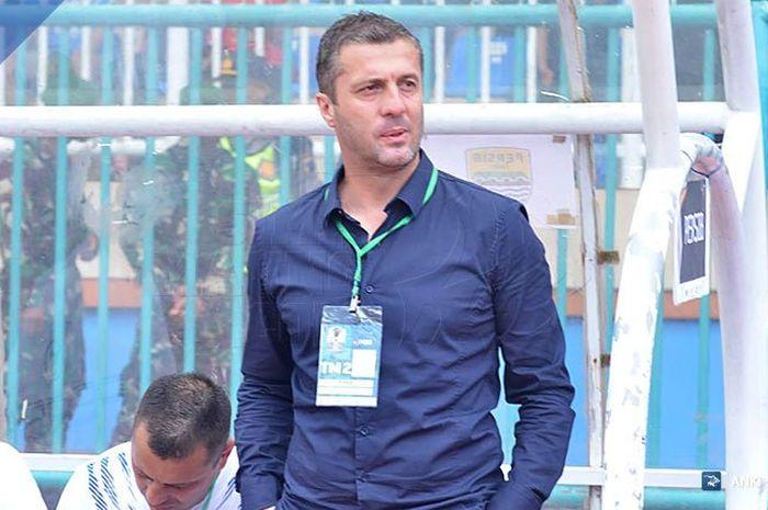 Pelatih Persib, Miljan Radovic saat mendampingi timnya melawan tuan rumah Persiwa untuk Piala Indonesia 2018.