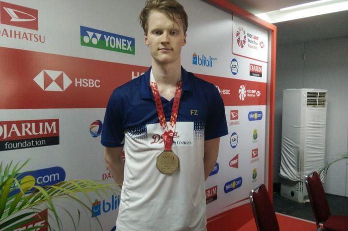 Pebulu tangkis tunggal putra Denmark, Anders Antonsen, berpose setelah konferensi pers final Indones
