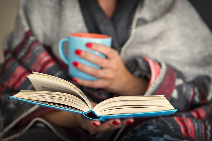 Membaca buku fiksi memberikan banyak manfaat.