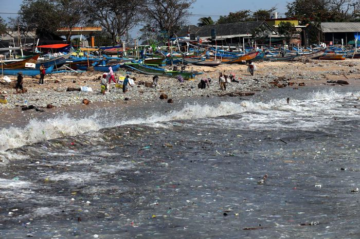 Sejumlah pemulung memungut sampah plastik di Pantai Kedonganan, Badung, Sabtu (26/1/2019). Pantai Kedonganan dipenuhi sampah kiriman yang mayoritas didominasi sampah plastik yang terdampar ke perairan tersebut akibat gelombang tinggi di wilayah perairan Bali selatan. Tribun Bali/Rizal Fanany