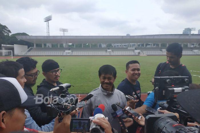Indra Sjafri menjawab pertanyaan wartawan di Stadion Madya, Senin (28/1/2019), pasca memimpin latihan perdananya bersama timnas U-22 Indonesia seusai pulang dari Spanyol.