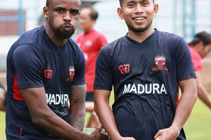 Andik Vermansah berpose bersama Greg Nwokolo dalam sesi latihan bersama Madura United.