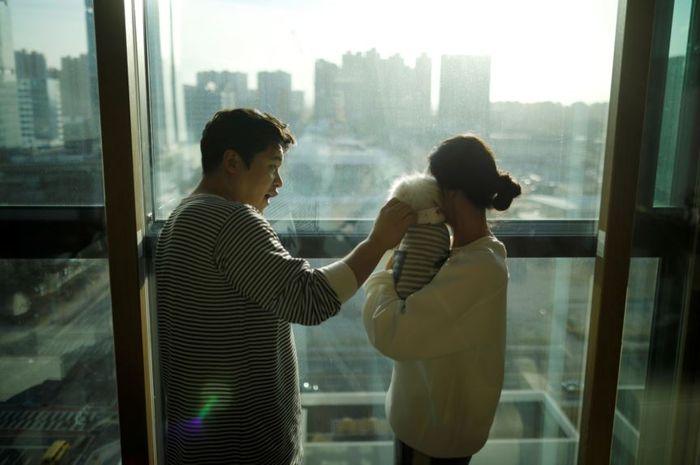 Kang Sung-il dan istrinya Ham Jin-seon, bersama angjing peliharaan mereka, Sancho.