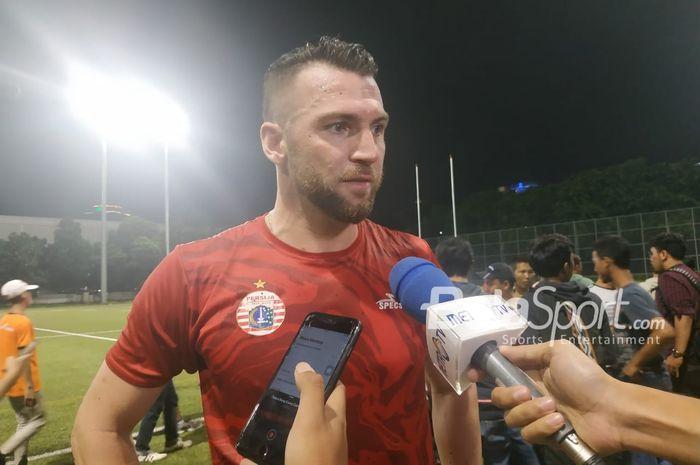 Penyerang Persija Jakarta, Marko Simic menjawab pertanyaan wartawan di Lapangan Rugby, Senayan, Jakarta, Senin (28/1/2019).