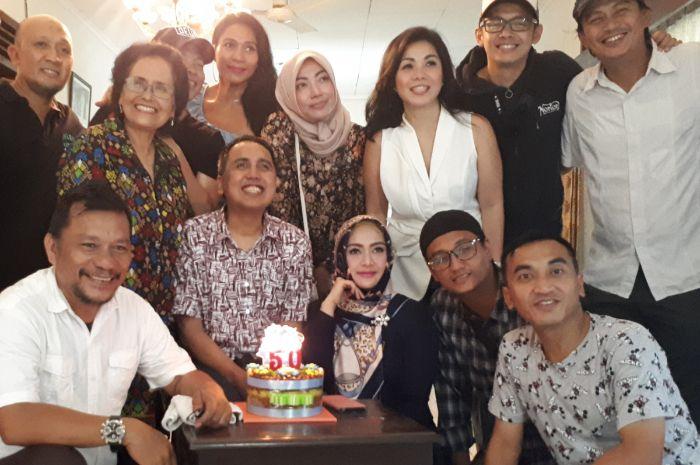 Gugun Gondrong bersama rekan-rekan saat merayakan ulang tahunnya di kediamannya, Rabu (30/1/2019).