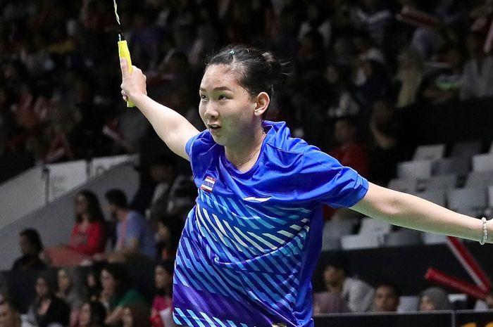 Pebulu tangkis tunggal putri Thailand, Pornpawee Chochuwong, mengembalikan kok ke arah Akane Yamaguchi (Jepang) pada babak perempat final Indonesia Open 2019 di Istora Senayan, Jakarta, Jumat (25/1/2019).