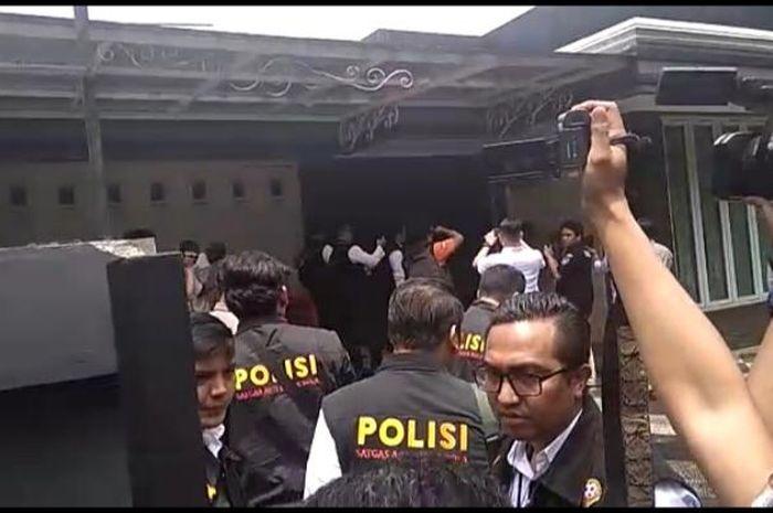 Tim Satgas Antimafia Bola Datangi Kantor PSSI di Kemang, Jakarta Selatan, Guna Mencari Dokumen-dokumen yang Dapat Dijadikan Sumber Pemeriksaan.