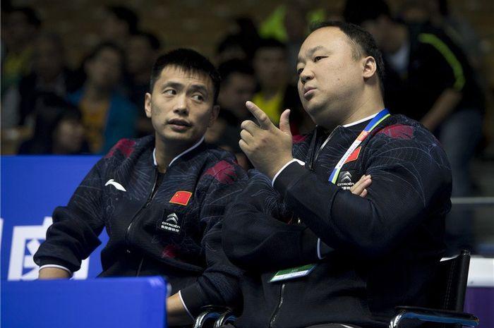 Peraih medali emas Olimpiade Sydney 2000 dan Olimpiade Athena 2004 asal China, Zhang Jun (kanan).