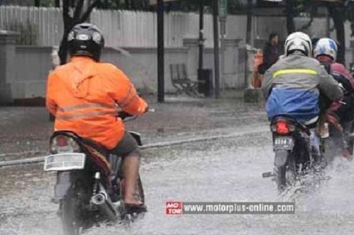 Ilustrasi pengendara motor terkena hujan