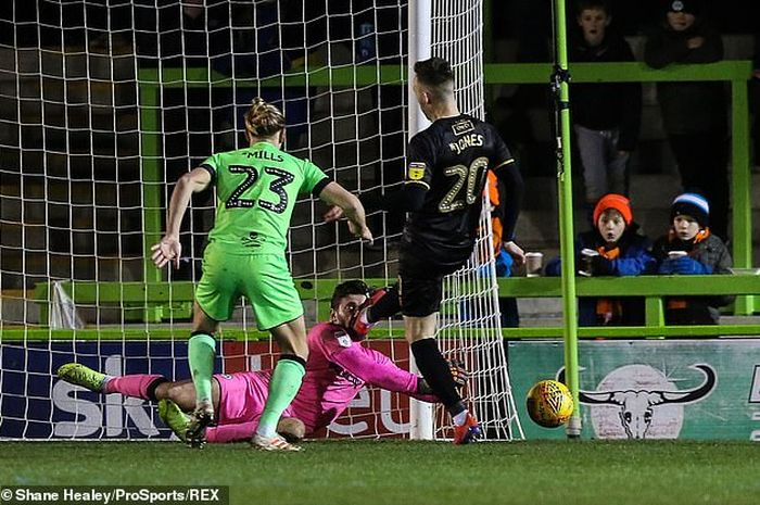 emain klub Inggris Forest Green Rovers, yakni, James Montgomery mengalami insiden mengerikan ketika membela timnya melawan Mansfield.