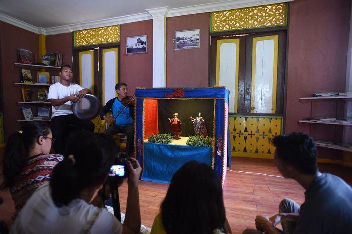 Pertunjukan Wayang Cecak di Rumah Baca Pulau Penyengat.