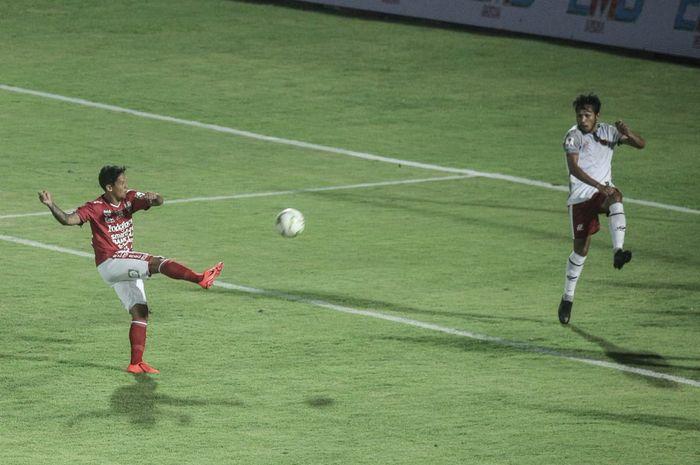 Aksi penyerang Bali United, Irfan Bachdim (kiri) saat melakukan sepakan ke gawang Blitar United pada laga 32 besar Piala Indonesia 2018,  1 Februari 2019.