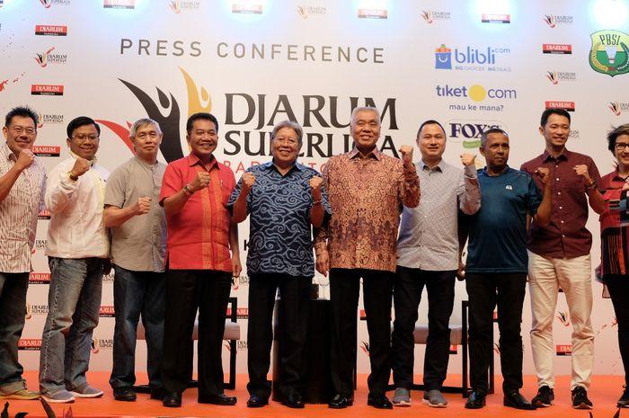 Panitia dan perwakilan klub berpose [ada konferensi pers jelang Djarum Superliga Badminton 2019 di Hotel Indonesia Kempinski, Kamis (31/1/2019).