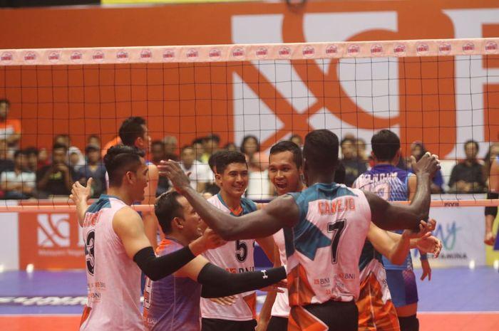 Tim bola voli putra Jakarta BNI Taplus bereksi setelah mencetak poin pada putaran kedua seri kedua di Gor Sritex Arena, Solo.