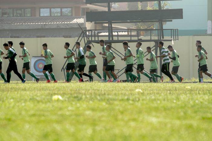 Para pemain Persebaya Surabaya menjalani sesi latihan.