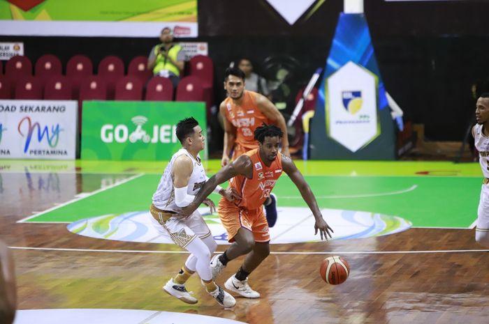 Pemain asing NSH Jakarta, Deshaun Wiggins (depan), tampil pada laga seri ke-6 IBL Pertamax 2018-2019 melawan Bima Perkasa Jogja, di GOR Pacific, Surabaya, Jawa Timur, Sabtu (2/2/2019).