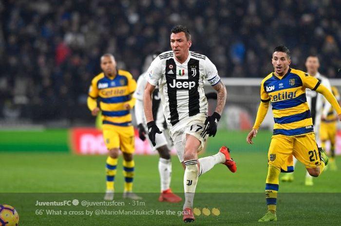 Penyerang Juventus, Mario Mandzukic, menggiring bola dalam laga pekan ke-22 Liga Italia melawan Parma di Stadion Allianz Turin, 2 Februari 2019.