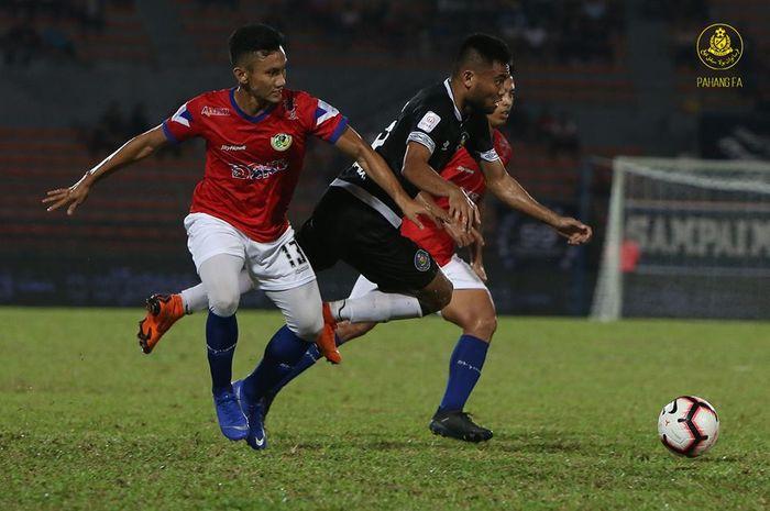 Winger Pahang FA asal Indonesia, Saddil Ramdani di antara dua pemain Kuala Lumpur FA pada laga pekan pertama Liga Super Malaysia 2019 di Stadion Cheras, 1 Februari 2019.