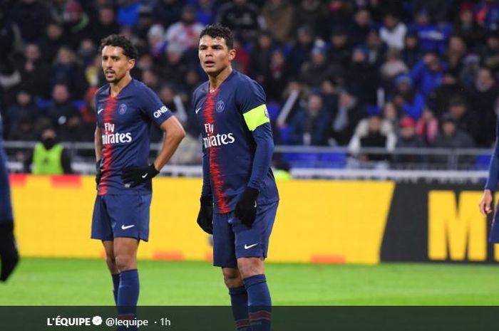 Bek Paris Saint-Germain (PSG), Thiago Silva (tengah).