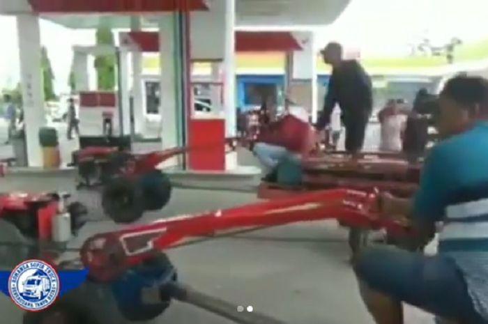 Puluhan traktor penuhi salah satu pom bensin di Klaten, Jawa Tengah