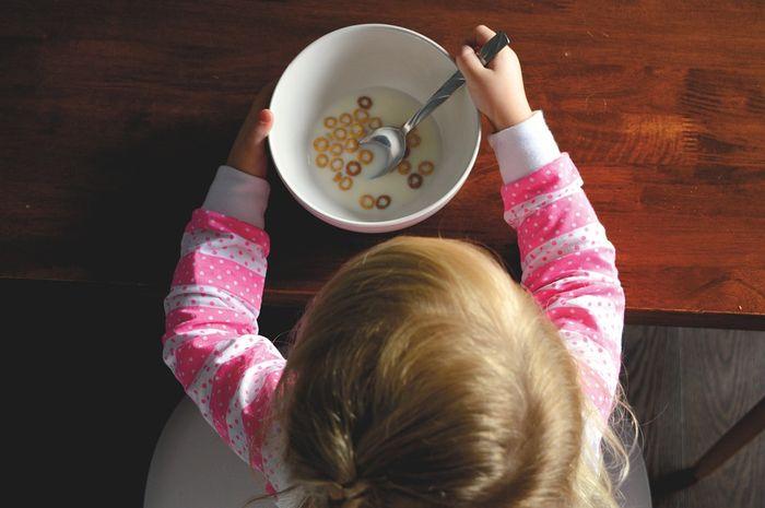 Melatih bayi makan sendiri bermanfaat untuk latihan banyak hal lain.