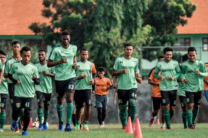 Penyerang Asing Anyar Persebaya, Amido Balde (63), Langsung Berlatih Bersama Skuat Bajul IJo di Lapangan Jenggolo, Sidoarjo pada Selasa (5/2/2019)