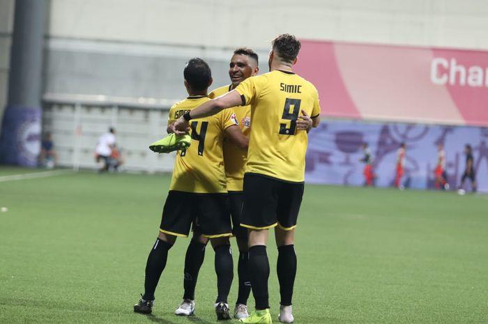 Alberto Goncalves dan Ismed Sofyan ikut merayakan gol yang dicetak penyerang Persija Jakarta, Marko Simic ke gawang Home United di Stadion Jalan Besar, Singapura, Selasa (5/2/2019).