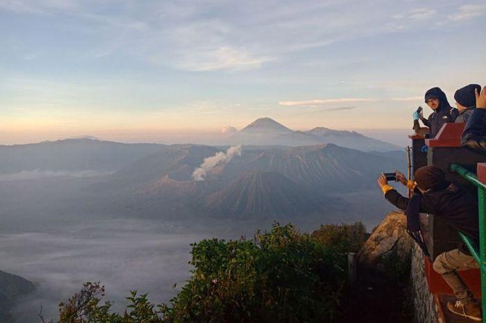 Antusiasme wisatawan menyaksikan momen matahari terbit di Kawasan Bromo Tengger, Puncak Pananjakan, di Desa Wonokitri, Kecamatan Tosari, Kabupaten Pasuruan, Jawa Timur, saat dini hari sebelum matahari terbit, Sabtu (21/4/2018).