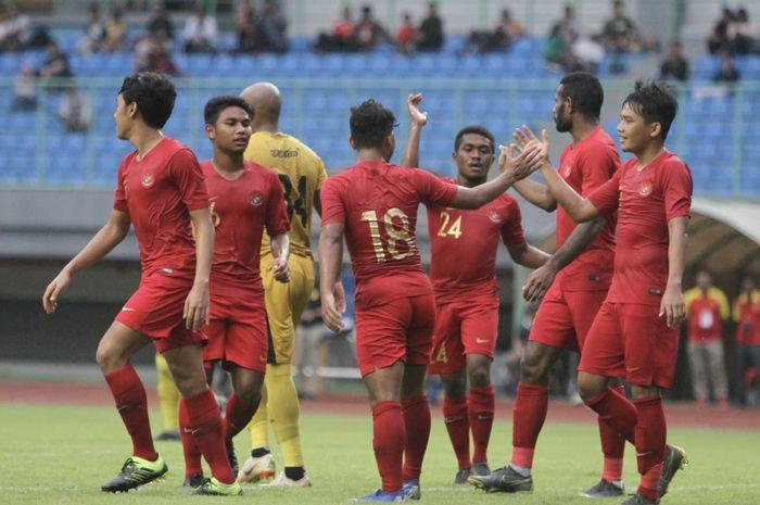 Skuat timnas U-22 Indonesia merayakan gol yang dicetak Andi Setyo pada laga kontra Bhayangkara FC di Stadion Patriot Chandrabhaga, Bekasi, Rabu (6/2/2019).