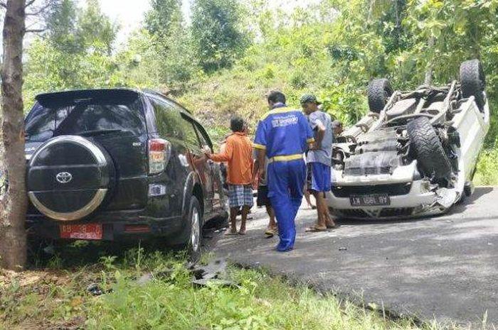 Mitsubishi Pajero Sport terbalik usai tabrak mobil dinas Pemkab Gunungkidul