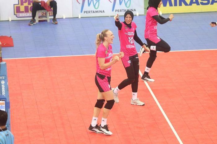 Tim putri Jakarta Pertamina Energi meluapkan kegembiraan setelah mencetak poin pada laga perdana final four Proliga 2019 di GOR Joyoboyo, Kediri, Jumat (8/2/2019).