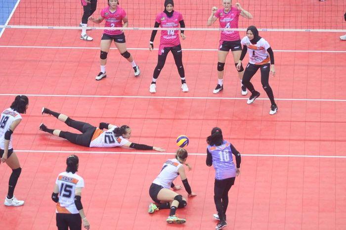 Tim putri Jakarta Pertamina Energi (jersey merah muda) menghadapi Jakarta BNI 46 pada laga final four Proliga 2019 di GOR Joyoboyo, Kediri, Jumat (8/2/2019).