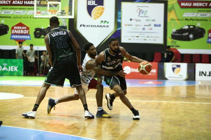 Pemain asing Pelita Jaya Jakarta, Carlton Hurst, saat membela timnya melawan Satya Wacana Salatiga dalam lanjutan seri reguler IBL Pertamax 2018-2019 di GOR Bima Sakti, Malang, Jawa Timur, Sabtu (9/2/2019).