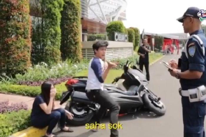 Aksi kocak seorang pria yang merusak Yamaha XMAX
